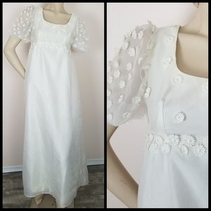 Vintage 1960s daisy accents wedding gown